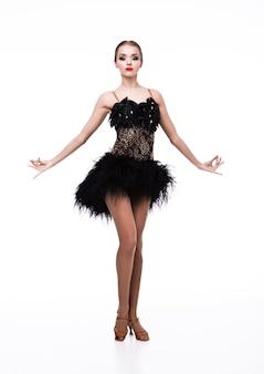 Het mooie meisje van de balzaaldanser in elegant stelt zwarte kleding op wit