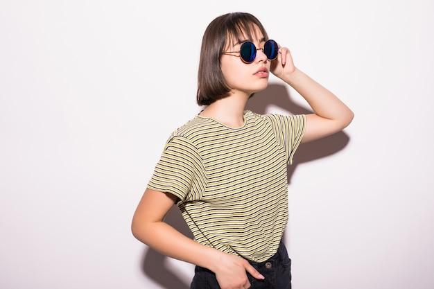 Het mooie meisje van de maniertiener in toevallige geïsoleerde hipster