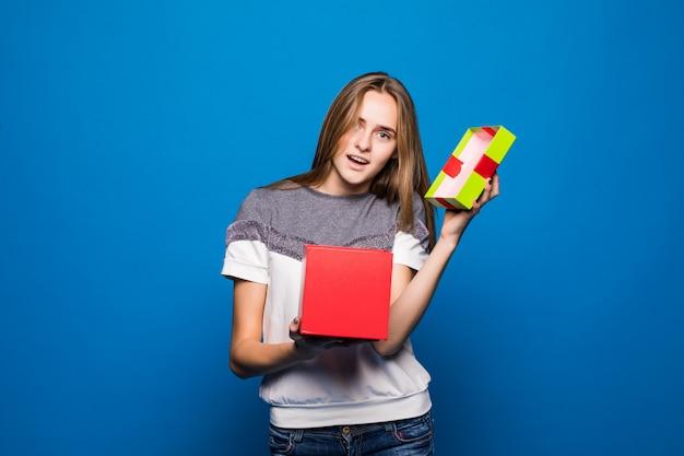 Het mooie meisje wordt lege giftbox voor haar verjaardag