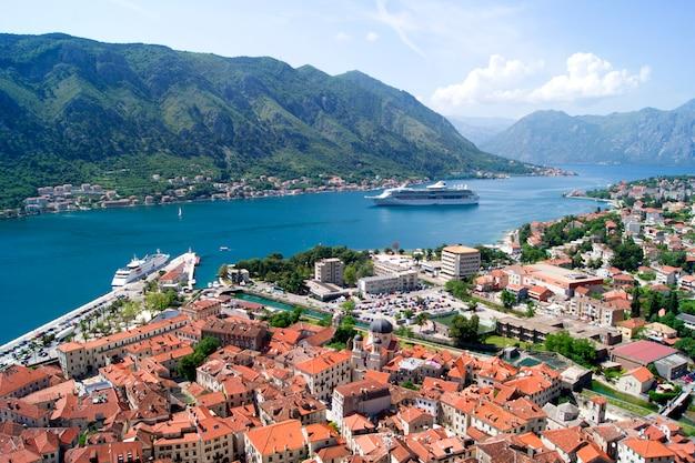 Het mooie montenegro landschap van de meningszomer, kotor-stad