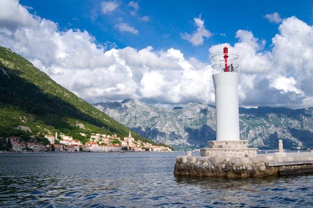 Het mooie montenegro landschap van de meningszomer, met vuurtoren dichtbij perast-stad