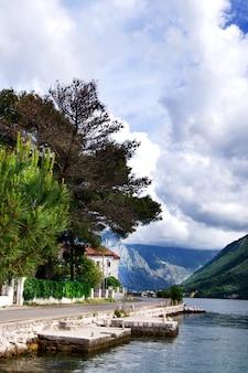 Het mooie montenegro landschap van de meningszomer, perast-baai