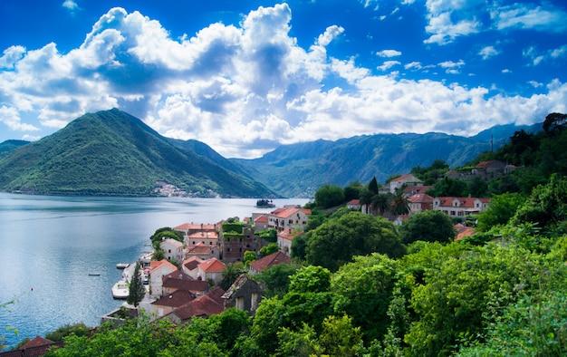 Het mooie montenegro landschap van de meningszomer, perast-stad