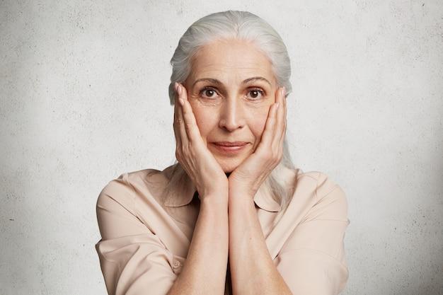 Het mooie oudere vrouw stellen