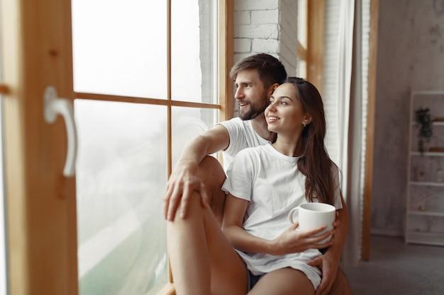 Het mooie paar brengt thuis tijd door