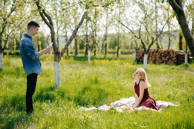 Het mooie paar brengt tijd door in een de zomerpark