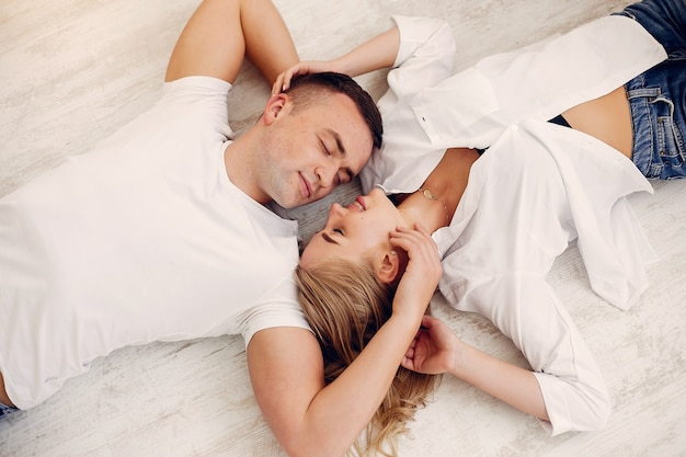 Het mooie paar brengt tijd in de slaapkamer door