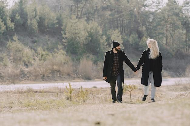 Het mooie paar brengt tijd in een bos door