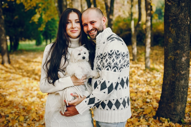 Het mooie paar brengt tijd in een de herfstpark door