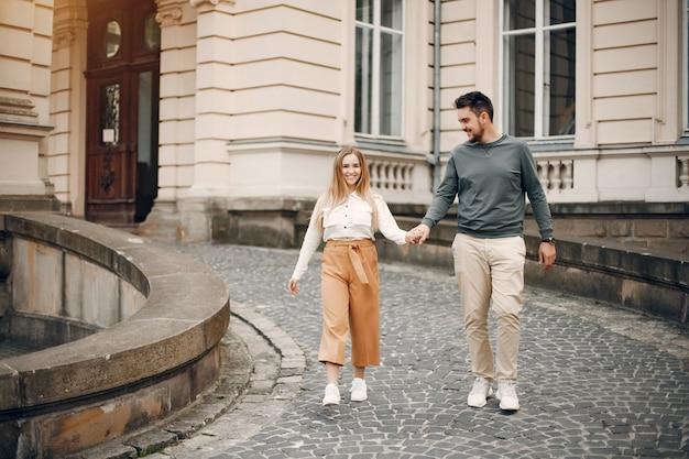 Het mooie paar brengt tijd in een de zomerstad door