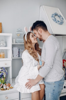 Het mooie paar brengt tijd in een keuken door