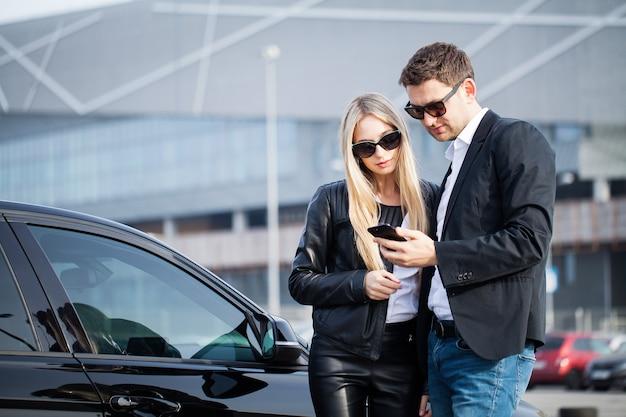 Het mooie paar houdt een sleutel van hun nieuwe auto vast