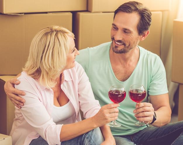 Het mooie paar in kleren rammelt glazen wijn