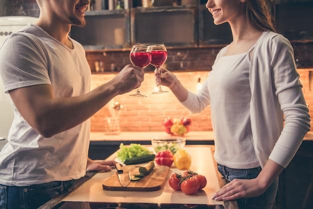 Het mooie paar rammelt glazen wijn