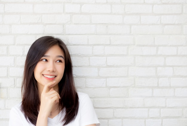 Het mooie portret aziatische vrouw zeker denken