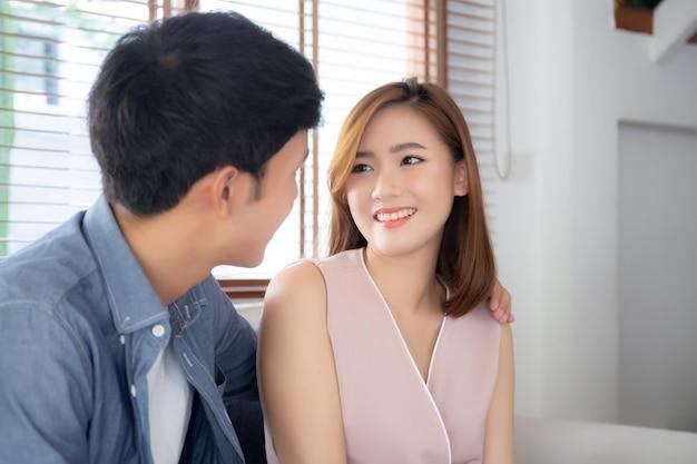 Het mooie portret jonge aziatische paar ontspant samen en tevreden