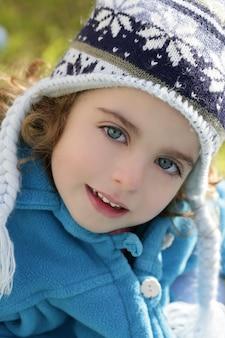 Het mooie portret van de de winterhoed van het peutermeisje in openlucht