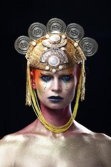 Het mooie portret van de manierkoningin met een kroon en make-up