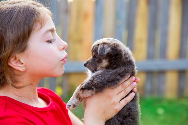 Het mooie portret van het jonge geitjemeisje met puppy chihuahua van een hond