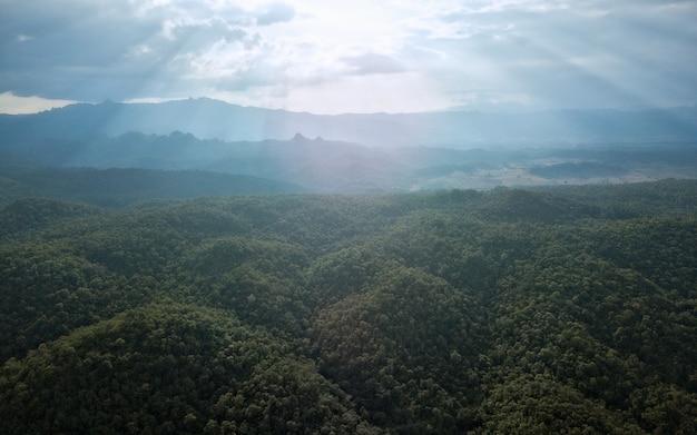 Het mooie regenachtige weer van de berglandschap en zonlicht in de ochtend.