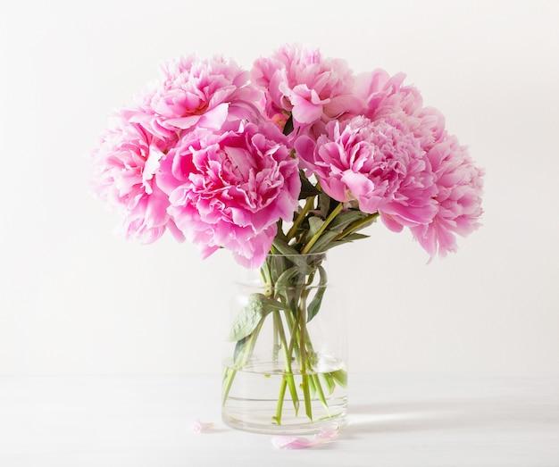 Het mooie roze boeket van pioenbloemen in vaas