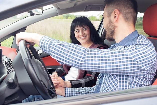 Het mooie verliefde stel in de auto