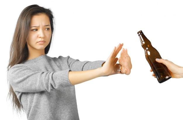 Het mooie vrouw gebaren drinkt niet
