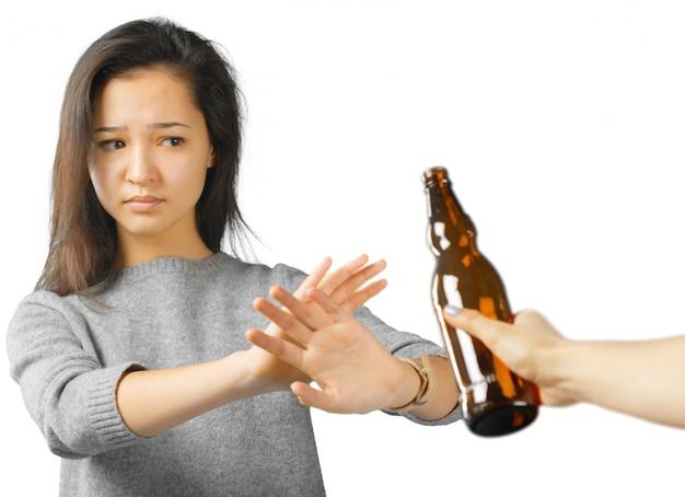 Het mooie vrouw gesturing drinkt niet