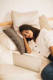 Het mooie vrouw ontspannen in bed