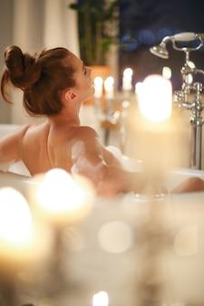 Het mooie vrouw stellen in badkamers