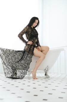 Het mooie vrouw stellen thuis in badkamers