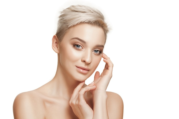 Het mooie vrouwelijke gezicht. de perfecte en schone gezichtshuid op wit. de schoonheid, verzorging, huid, behandeling, gezondheid, spa, cosmetisch concept
