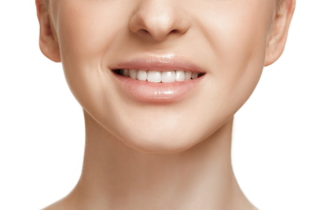 Het mooie vrouwelijke gezicht. de perfecte en schone huid van gezicht op wit. de schoonheid, verzorging, huid, behandeling, gezondheid, spa, cosmetisch concept
