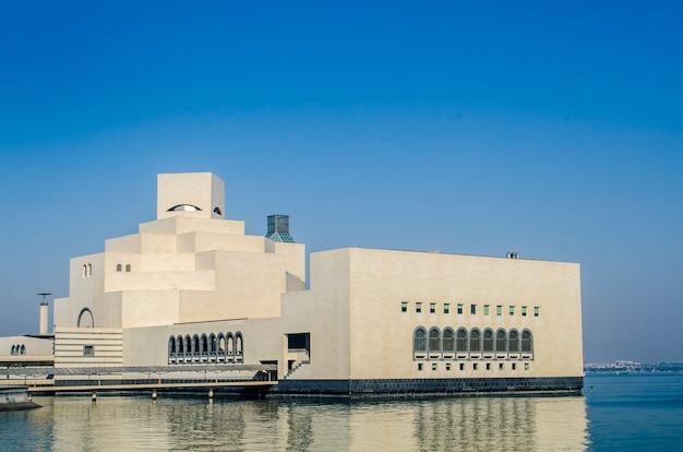 Het museum van islamitische kunst op 25 mei 2018 in doha, qatar, midden-oosten.