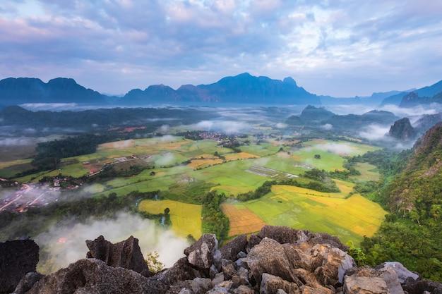 Het natuurlijke is nog steeds zuiver en mooi in vang vieng, laos.