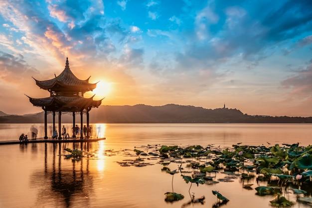 Het natuurlijke landschap van het het westenmeer van hangzhou en oud architectuurpaviljoen