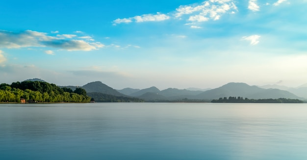 Het natuurlijke landschap van het het westenmeer van hangzhou en verre bergbezinning