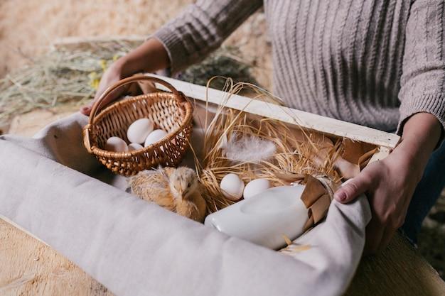 Het natuurlijke voedsel van de boer en een levende kip op het dienblad