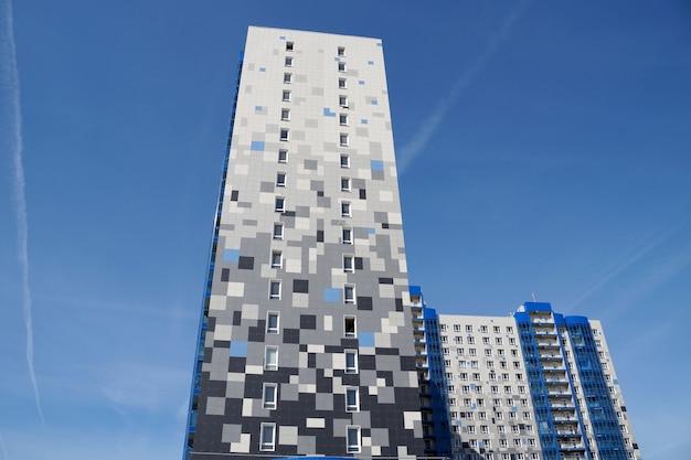 Het nieuwe huis is bekleed met een veelkleurige granieten tegel in de stad volgograd