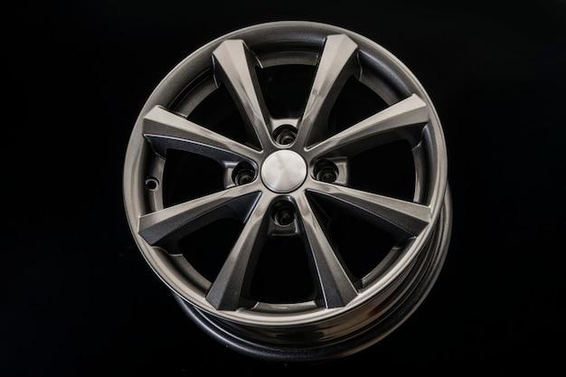 Het nieuwe lichtmetalen wiel is grijs op een zwarte achtergrond. auto-onderdelen en tuning.
