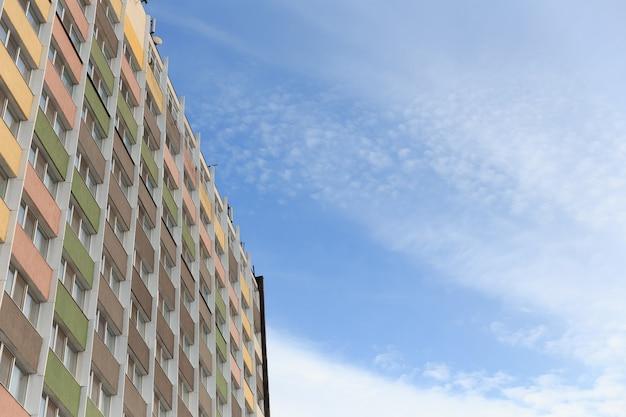 Het nieuwe woongebouw met meerdere verdiepingen tegen de blauwe lucht