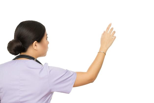 Het nieuwste medicijn kiezen. vrouwelijke arts wijzend op een copyspace op de muur geïsoleerd op wit
