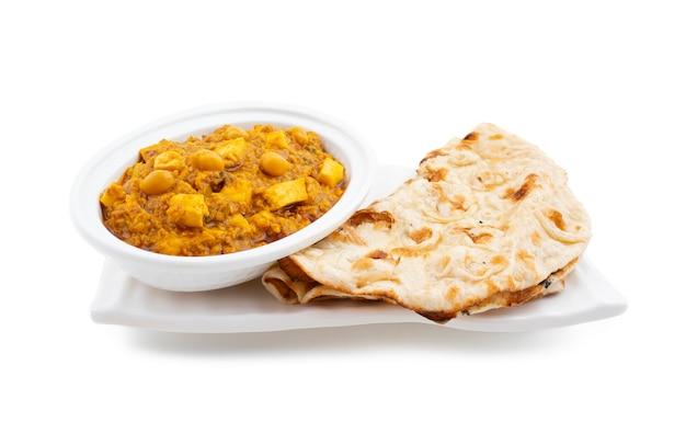 Het noorden indische gezonde keuken chole paneer op witte achtergrond
