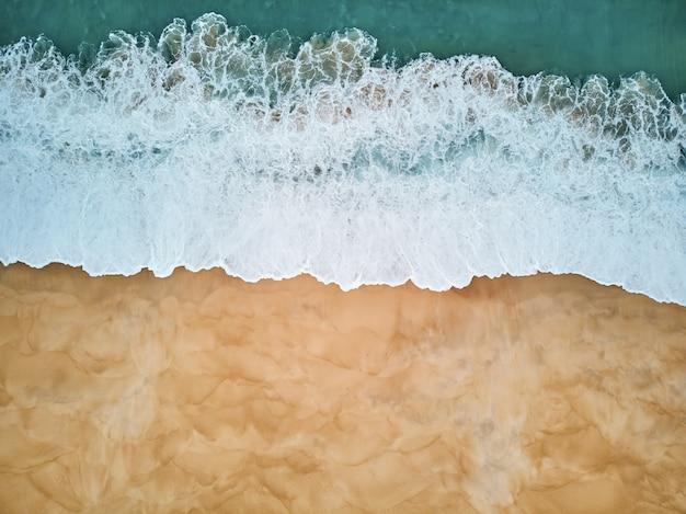 Het noordenstrand en oceaan in nazare portugal