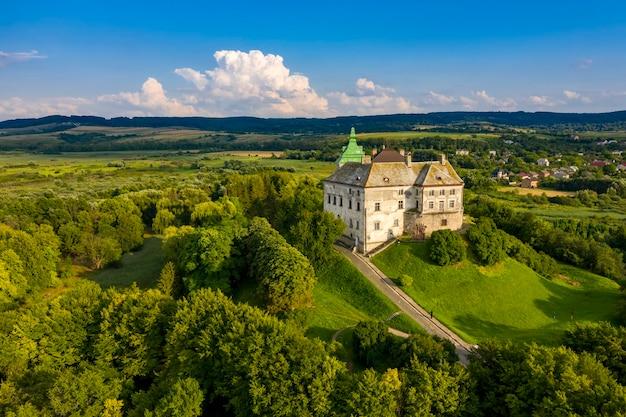 Het olesky-kasteel in de luchtfoto van lviv, oekraïne.