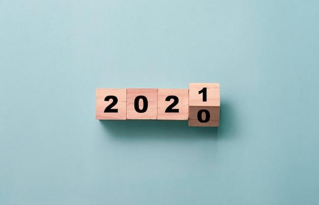 Het omdraaien van houten blokjesblok om 2020 te veranderen in 2021