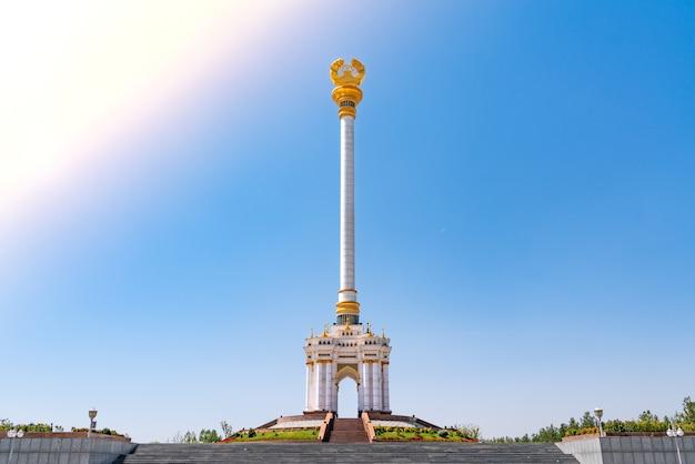Het onafhankelijkheidsmonument in rudaki-park in de hoofdstad dushanbe van tadzjikistan