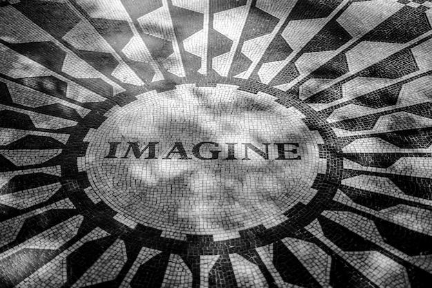 Het onderschrift imagine op het herdenkingsmozaïek in central park new york