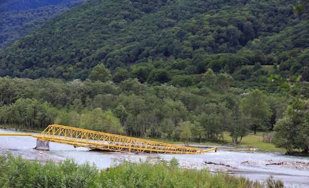Het ongeval in het gastransportsysteem als gevolg van een natuurramp. vernietigingspijp gemorste rivier.
