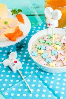 Het ontbijt van grappige kinderen met pasen